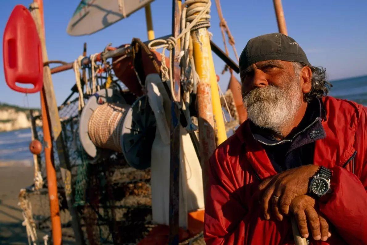 Un pescador descansa en la playa de Peschici