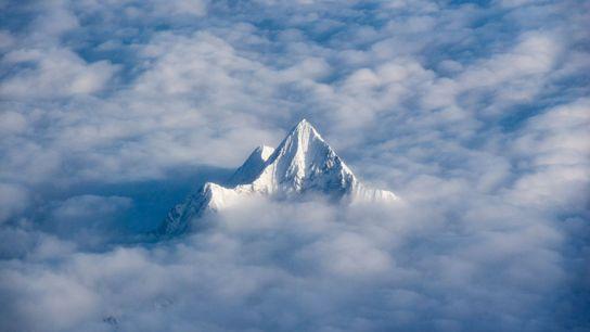 Un pico cubierto de hielo en la cordillera del Himalaya