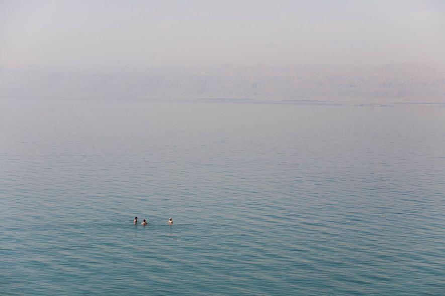 La alta salinidad del mar Muerto lo hace flotable para los humanos de forma natural.