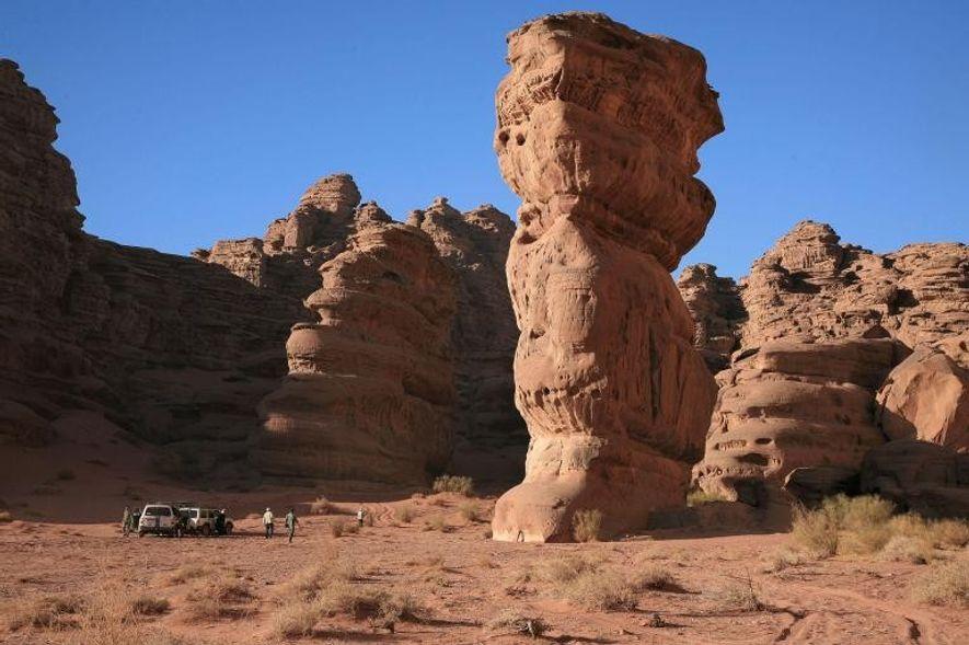 Los picos imponentes y los barrancos escarpados del cañón que atraviesa la meseta de Jebel Qaraqir ...