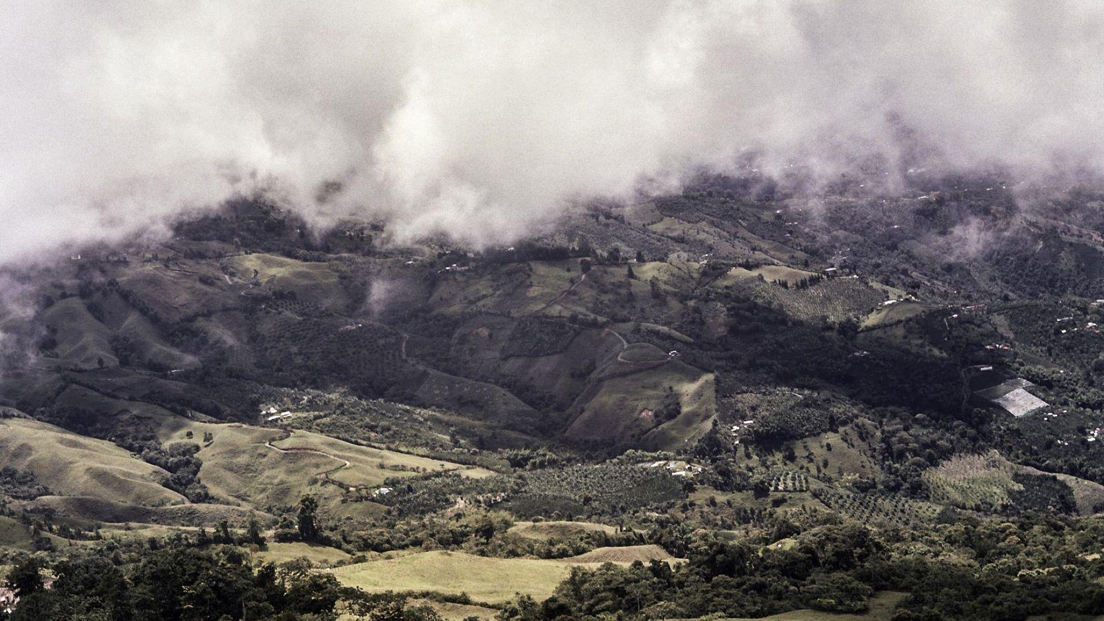 Las frondosas y fértiles laderas de Caldas forman parte del Eje Cafetero de Colombia, lugar Patrimonio ...