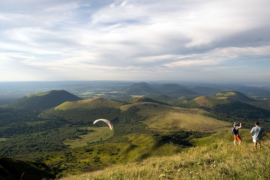 En la región central de Francia, una serie de domos de lava y conos de ceniza ...