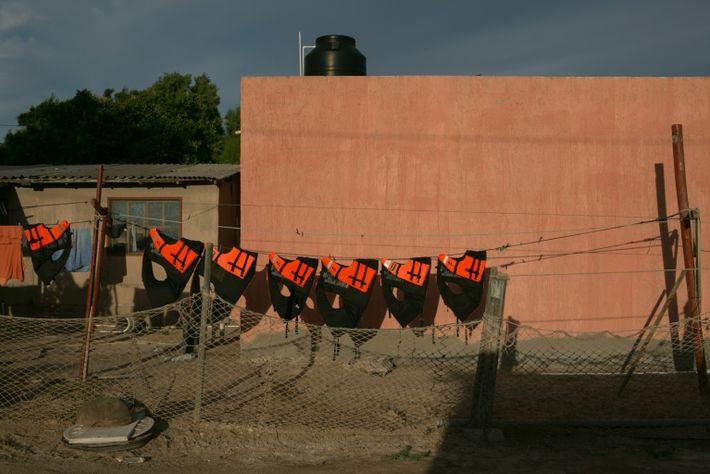 Chalecos salvavidas colgados a secar