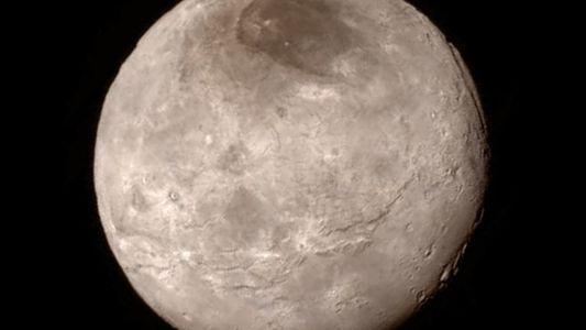 Charon: la megaluna con una montaña en un foso