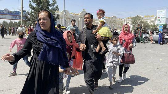 Familia huyendo de Kabul