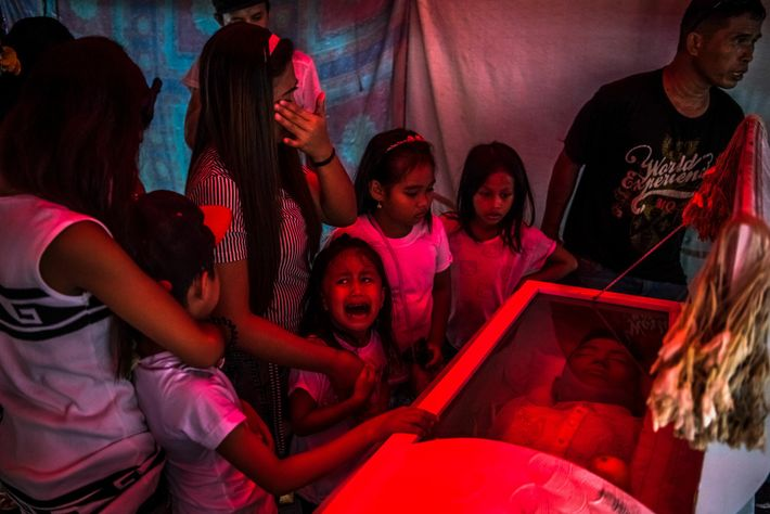 Una niña llora la muerte de su padre Jimboy Bolasa