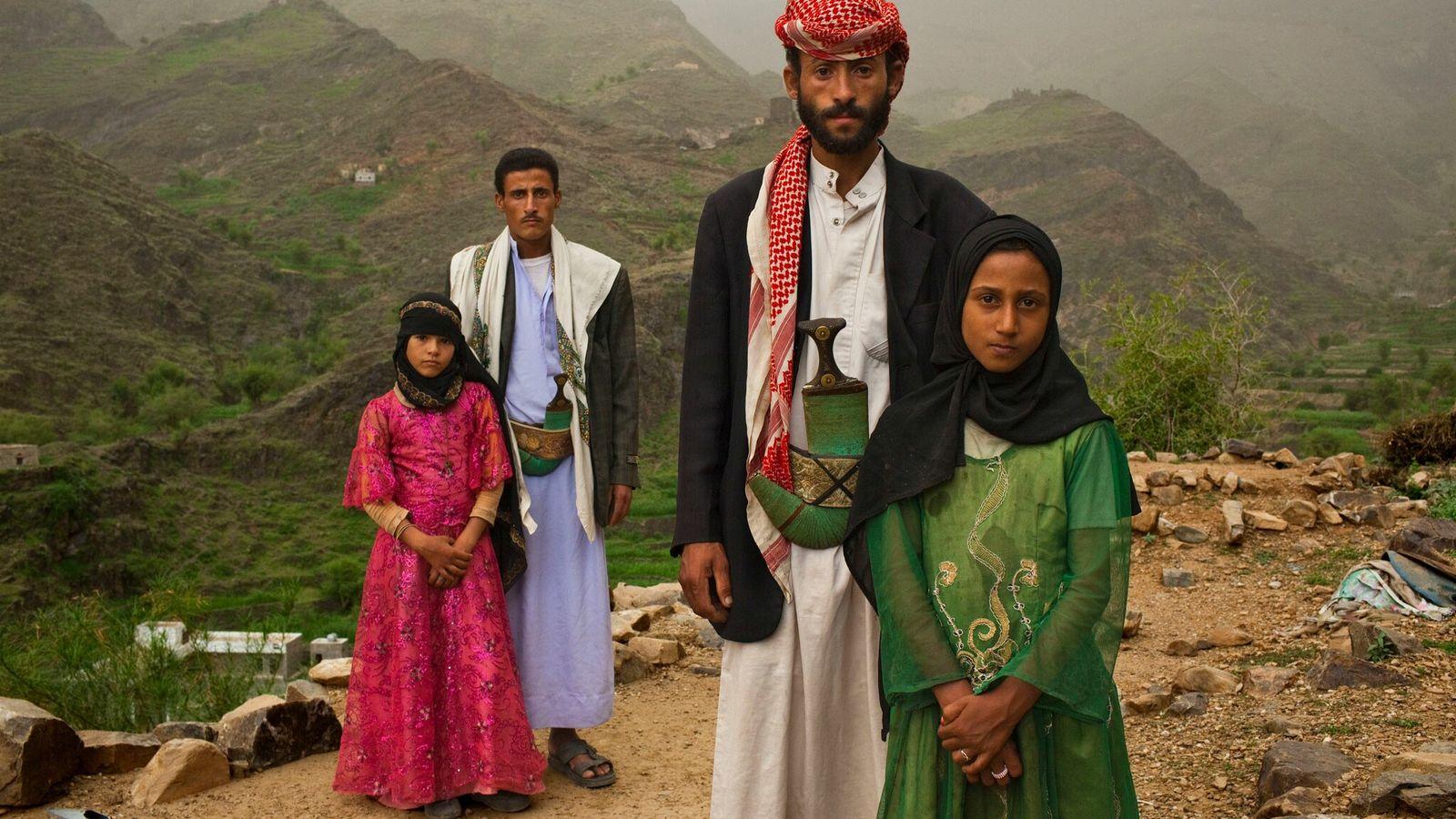 Fotografía de las niñas casadas Tahani y Ghada con sus maridos