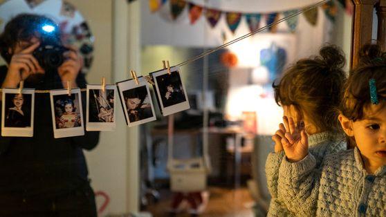 Estas imágenes íntimas muestran cómo se adaptan las familias al confinamiento por coronavirus