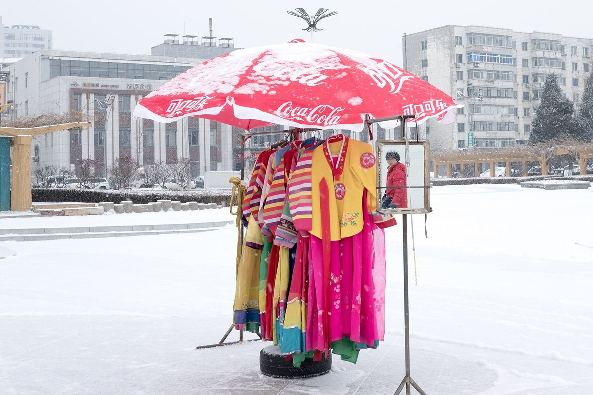 Los vestidos tradicionales coreanos contrastan con la nieve cerca de la frontera en Dandong.