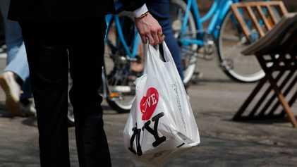 El estado de Nueva York prohibirá las bolsas de plástico