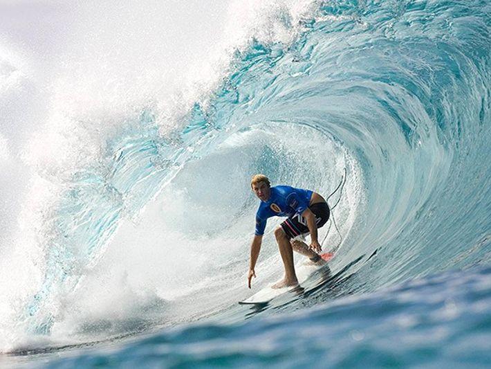 Mira a los surferos disfrutar de las enormes olas en Oahu