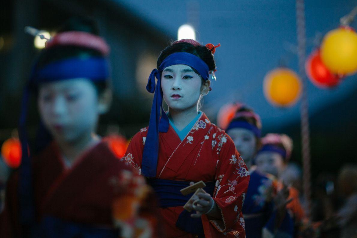 Una niña vestida de geisha