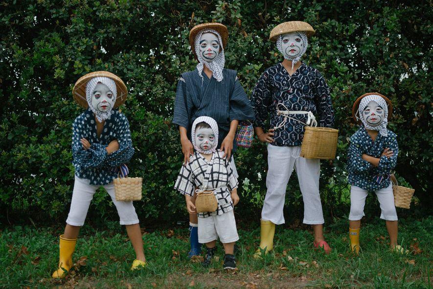 Niños disfrazados y maquillados de «pescadores borrachos» posan para una foto.