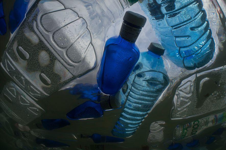 Los plásticos como estas botellas serán el objetivo de la máquina de recogida de basura de ...