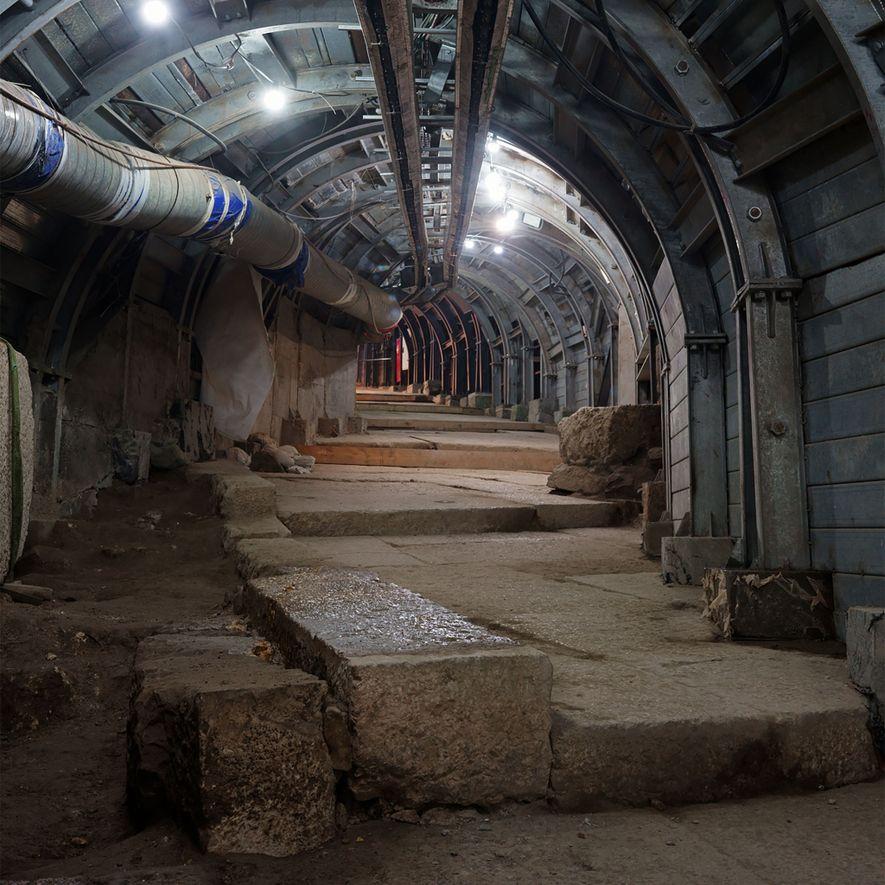 Para descubrir una antigua calle escalonada en Jerusalén, los arqueólogos e ingenieros israelíes están construyendo un túnel bajo un barrio palestino.