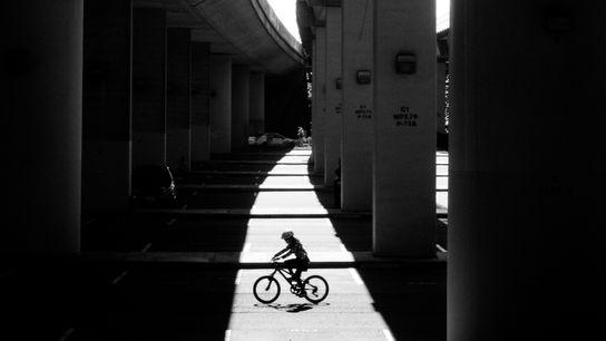 Una ciclista bajo la autopista