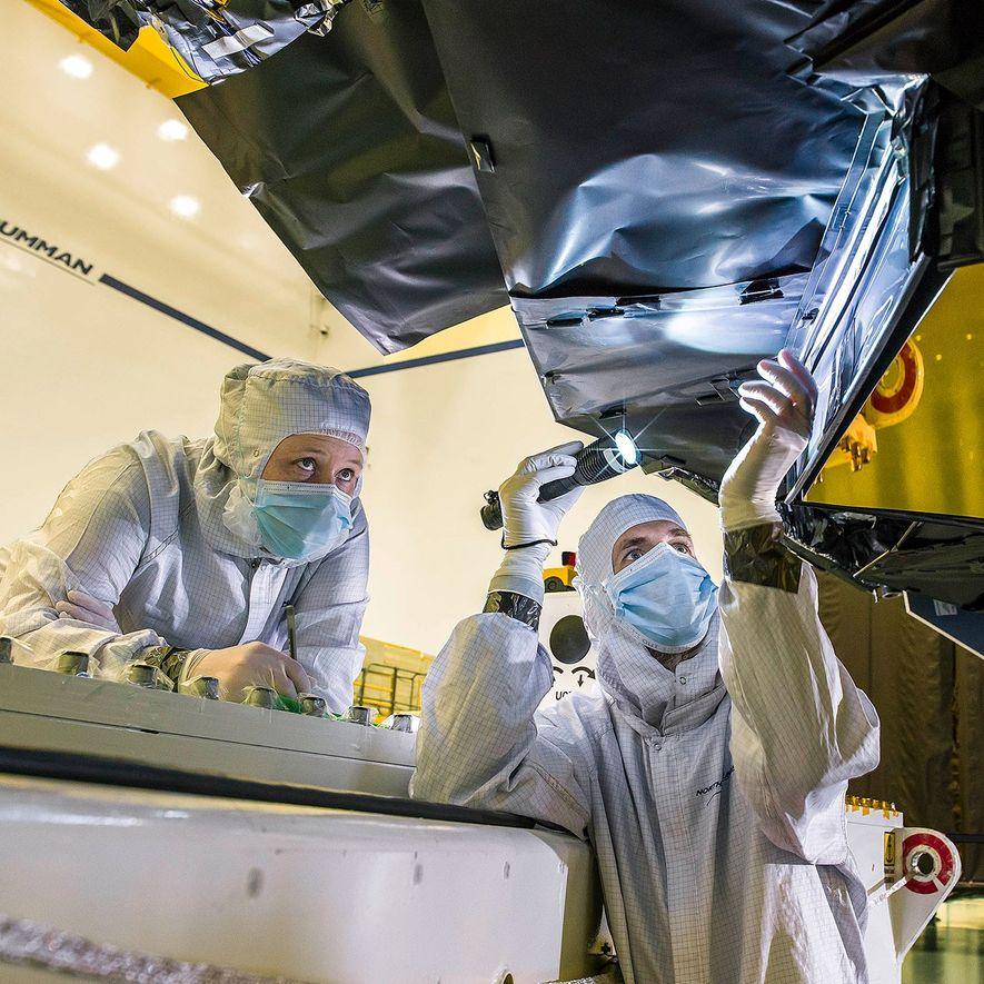 Los ingenieros trabajan en el telescopio espacial James Webb en el Centro de vuelo espacial Goddard de la NASA en Maryland.
