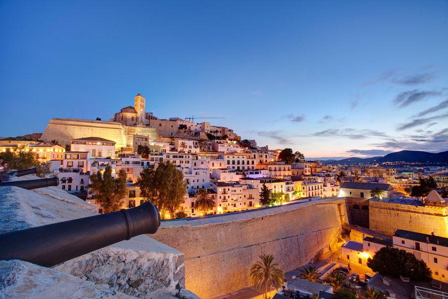 En Dalt Vila, la ciudad vieja de Ibiza, las calles adoquinadas están llenas de tiendas elegantes y objetos artesanales.