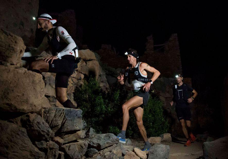Los corredores Diego Pazos, de Suiza, Jason Schlarb, de Estados Unidos, y Gediminas Grinius, de Lituania, ...