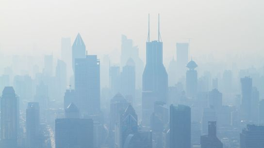 Una humeante vista de Shanghaí, China, la tercera ciudad más grande del mundo es una de ...