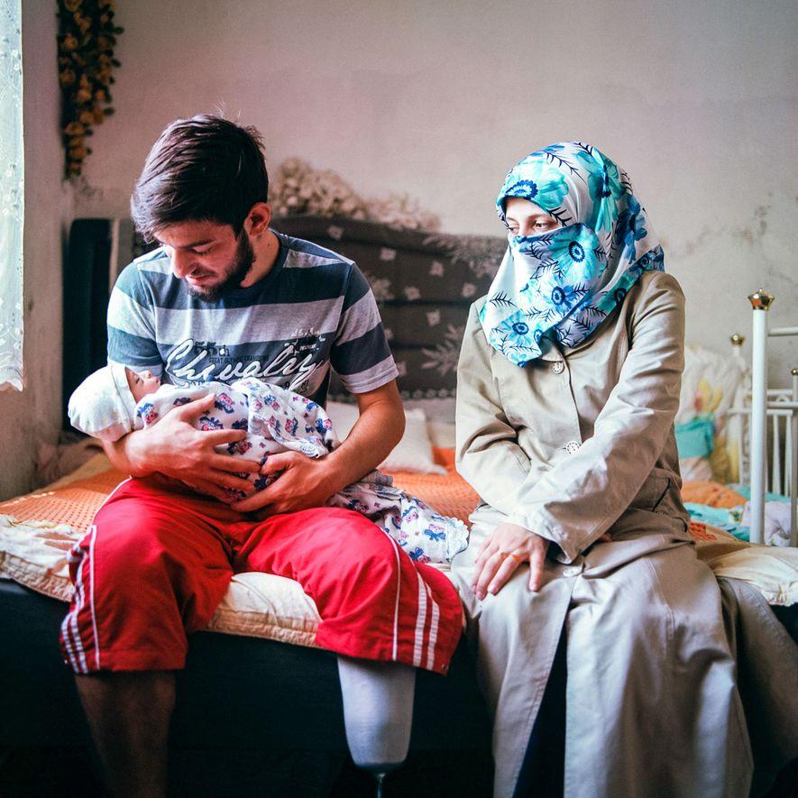 Una pareja con su bebé