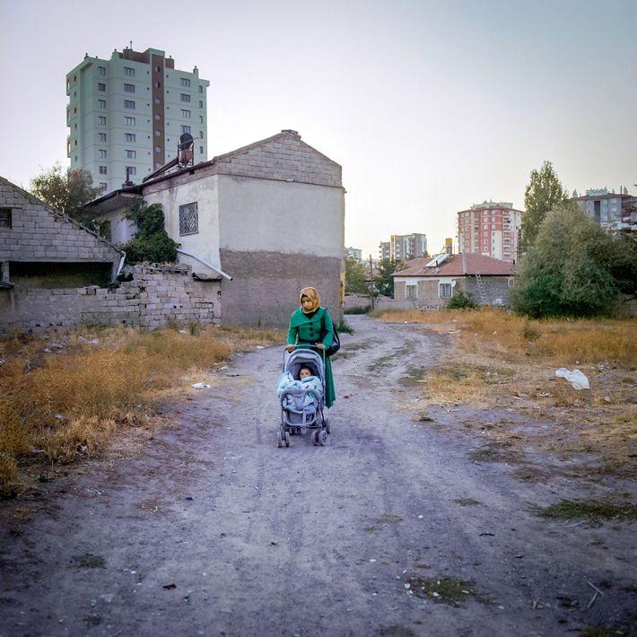 M., de 17 años, pasea a su hija en un cochecito frente a su casa de ...