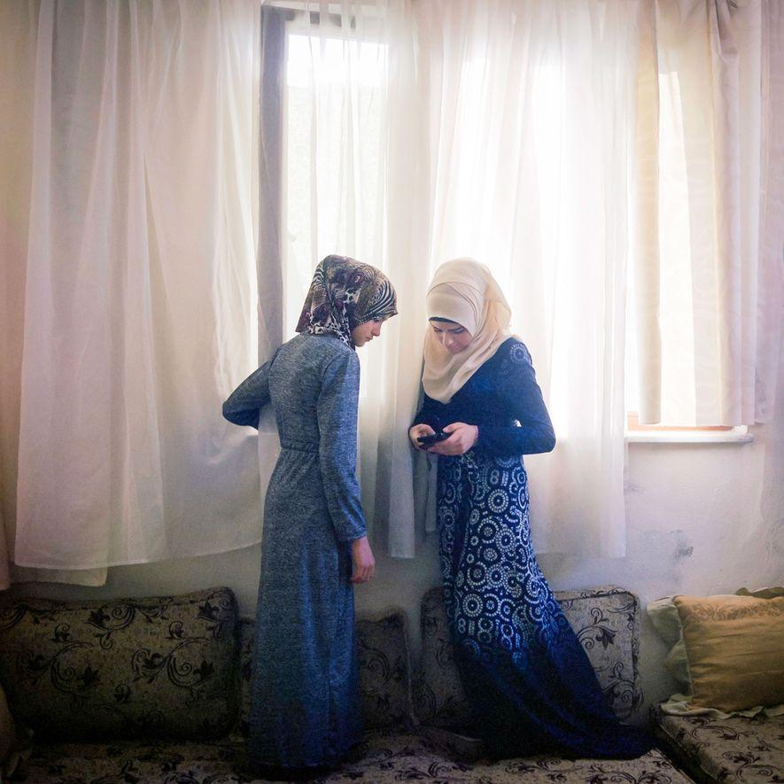 H., de 15 años, y su hermana de 13 años