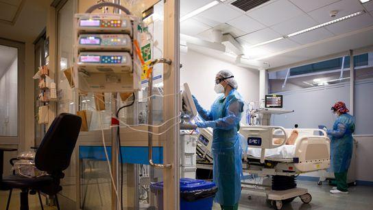 Sanitarios atienden a un paciente covid-19 en un hospital.