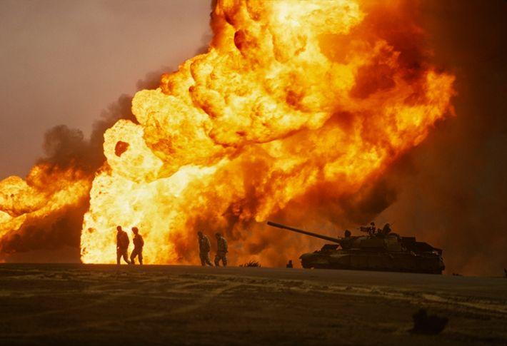 Los iraquíes se retiran y prenden fuego a los campos petroleros