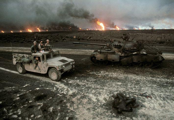 Una patrulla estadounidense se acerca a un tanque iraquí