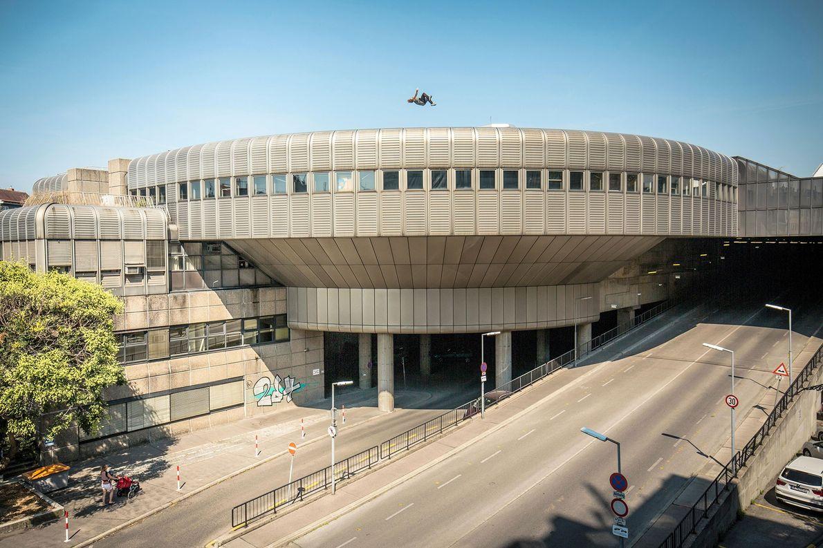 Un atleta profesional de parkour salta sobre la azotea de un edificio en Viena, Australia. Los …