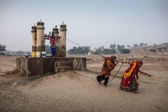 Mujeres sacando agua del pozo de Dongra