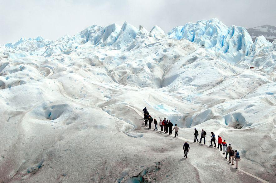 Más de 260 kilómetros cuadrados de hielo rodean a los visitantes del glaciar Perito Moreno en ...