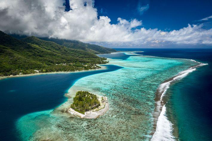 Vistas aéreas increíbles de las lagunas y montañas en Moorea y el Motu Ahí.