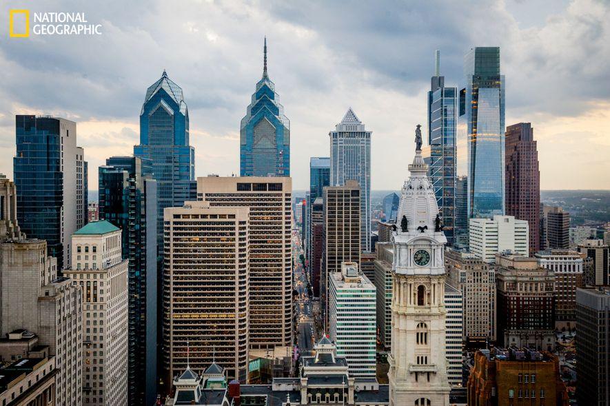 El perfil urbano del centro de Filadelfia resplandece con los rascacielos de One Liberty Place, BNY ...