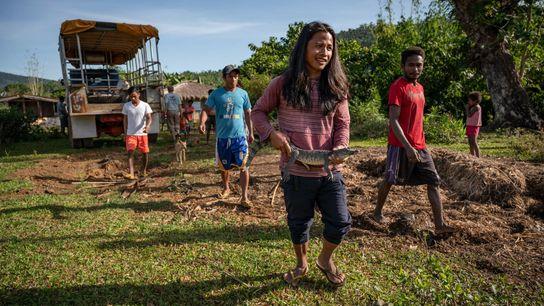 Fotografía de los aldeanos de Dunoy liberando un cocodrilo filipino