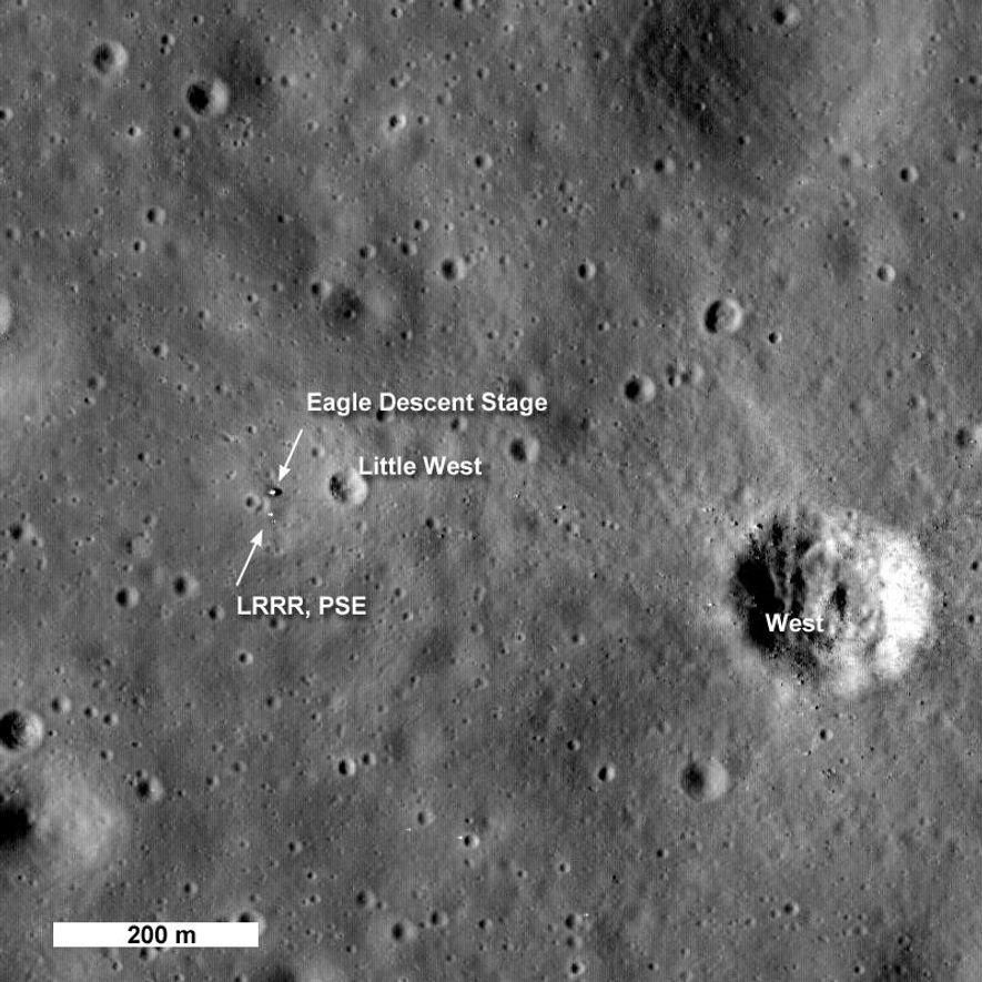 En 2009, el Lunar Reconnaissance Orbiter de la NASA sacó fotos del histórico lugar de aterrizaje de la Apolo 11. El aterrizaje seguro de la misión en 1969 fue posible, en parte, gracias al programa Lunar Orbiter.