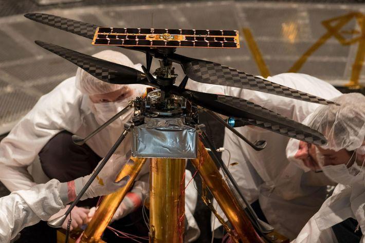 Los miembros del equipo del Ingenuity inspeccionan el helicóptero
