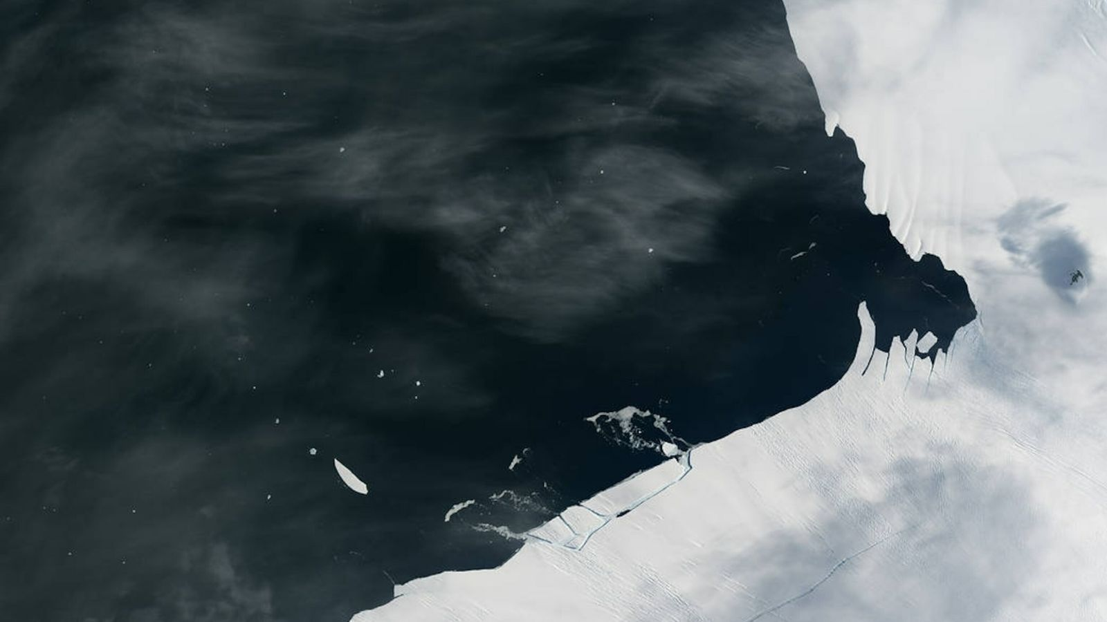 Fotografía de un bloque de hielo que se desprende del glaciar Isla Pine