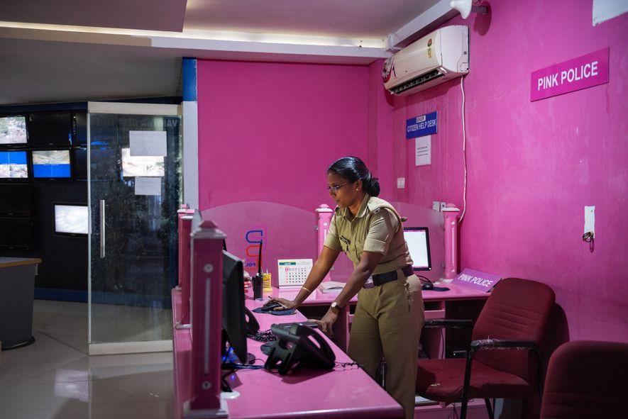 Una agente atiende los teléfonos en la sala de control de la Pink Police Patrol de ...