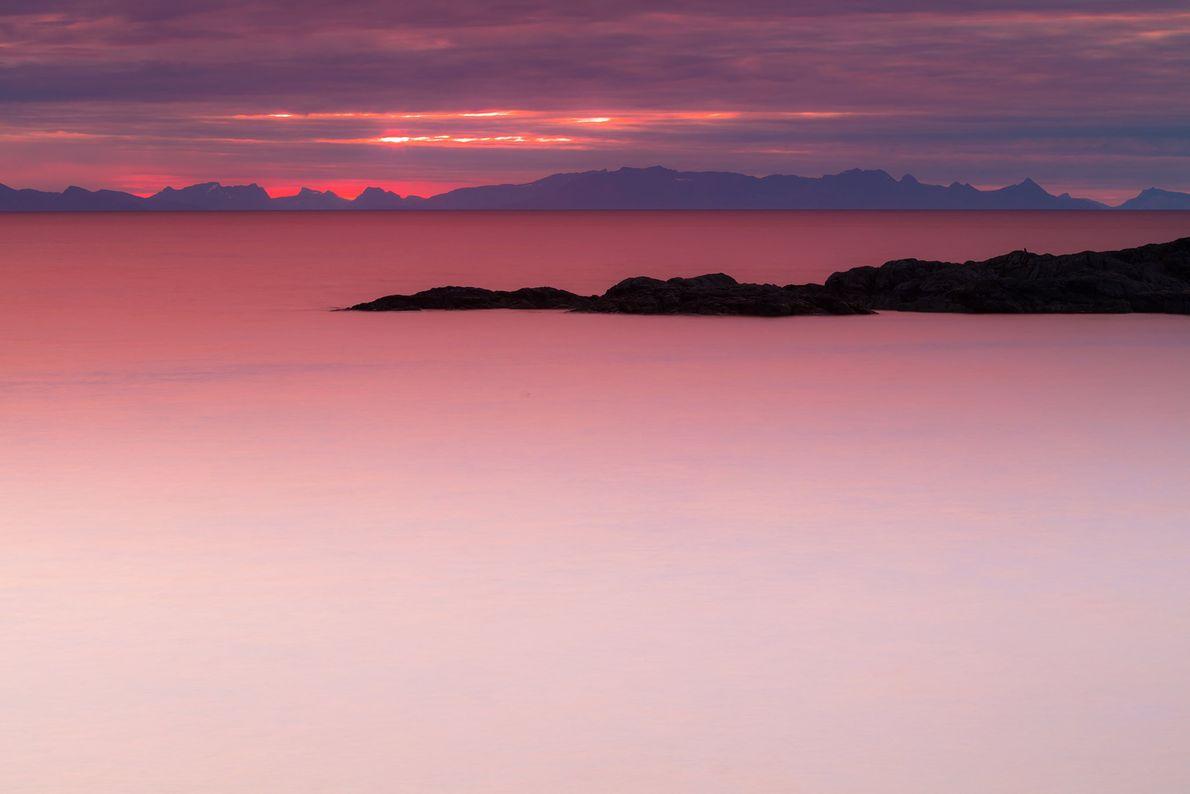 Solo quiero volver allí, es una experiencia espectacular presenciar el amanecer desde el archipiélago de Lofoten ...