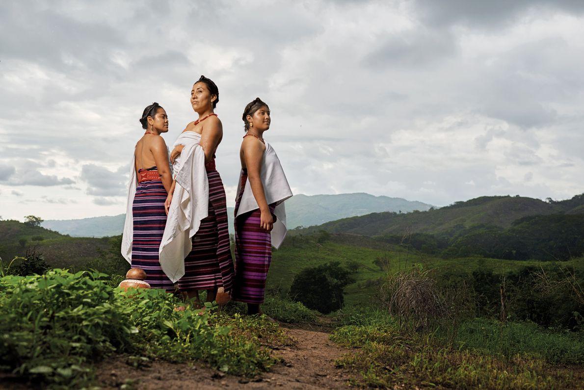 Las mujeres llevan huipiles