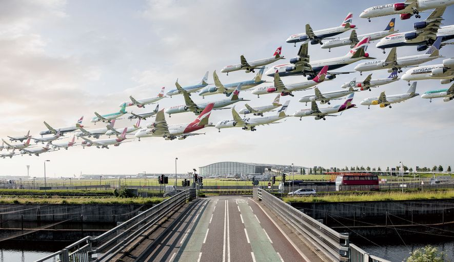 Esta imagen compuesta se creó en la pista 09L del aeropuerto de Heathrow, Londres, entre las ...