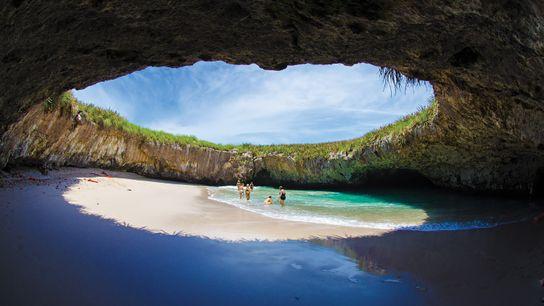 Imagen de la gente explorando Playa del Amor en las islas Marieta, México
