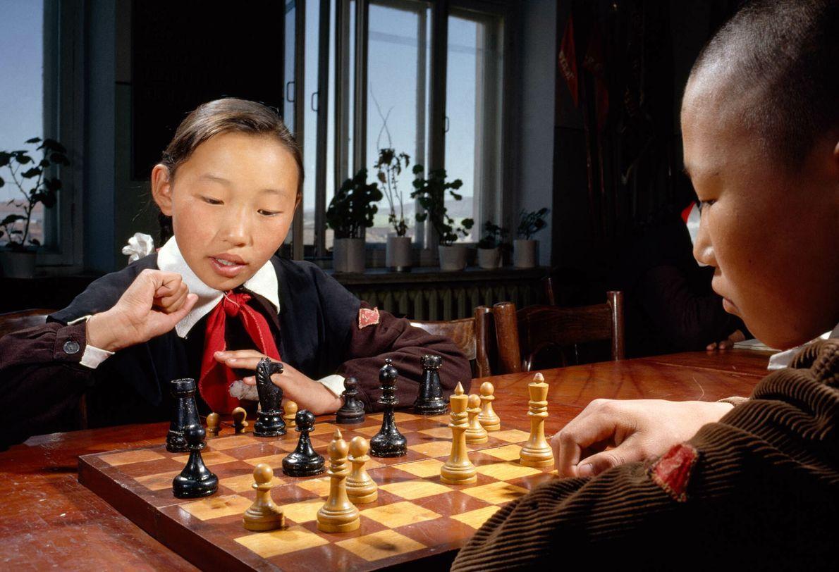 Niños mongoles juegan al ajedrez