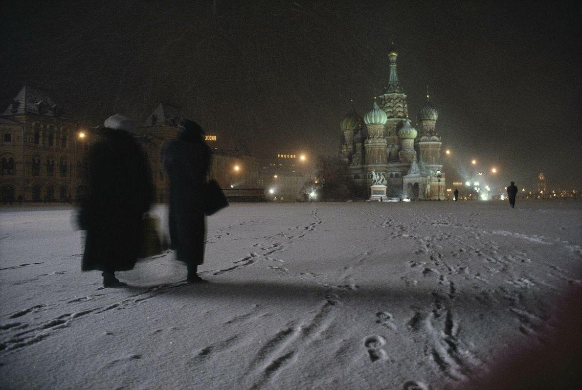 Unas mujeres pasean por la nieve en Moscú