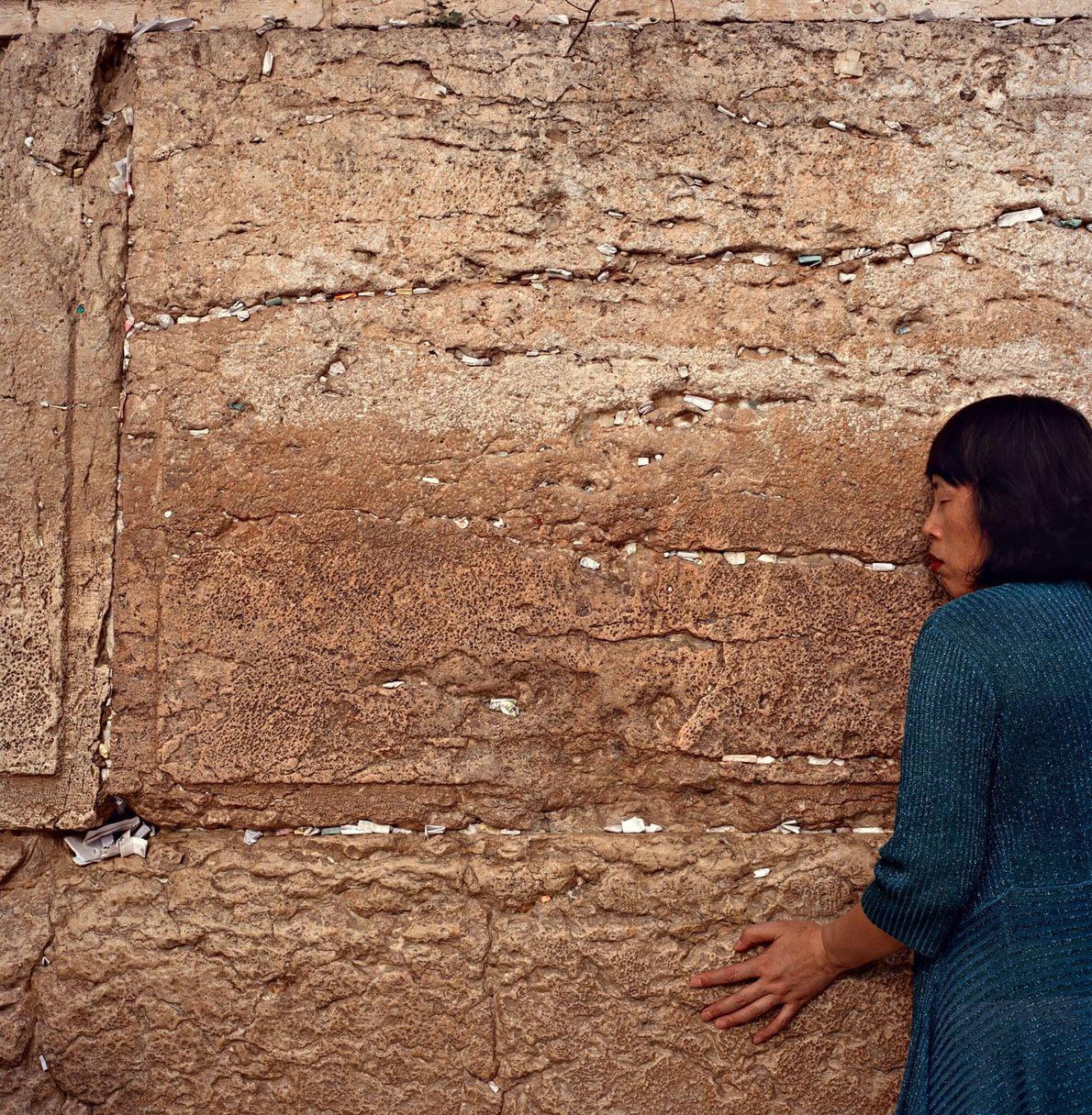 Una mujer reza en elMuro de las Lamentaciones