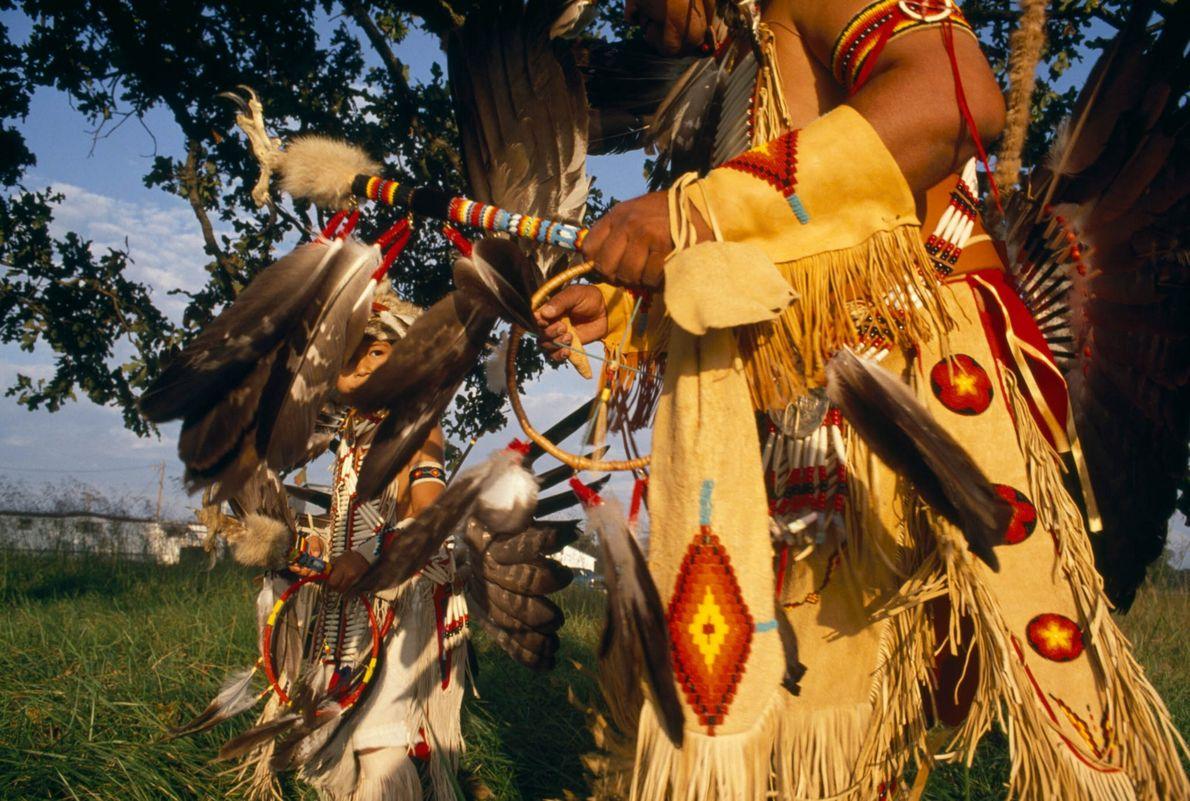 Un abuelo enseña una danza cherokee a su nieto