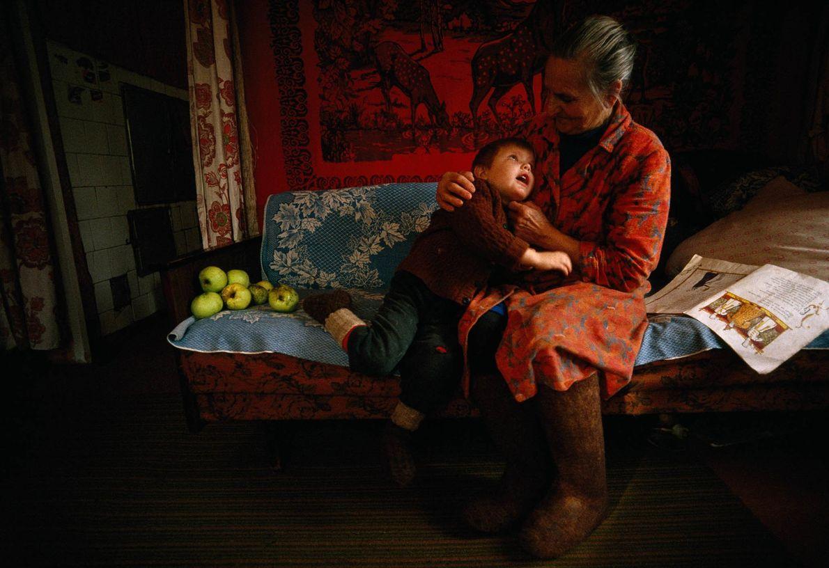 Abuela lee a su nieto