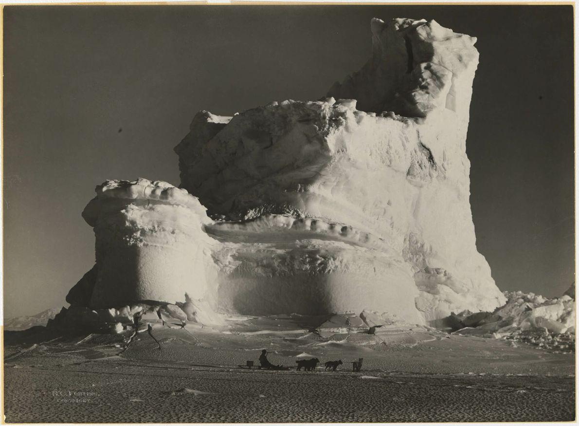 Castle Iceberg en el cabo Evans, la Antártida
